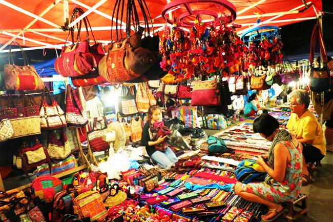 Chợ đêm Tây Đô phục vụ nhu cầu mua sắm đa dạng của du khách
