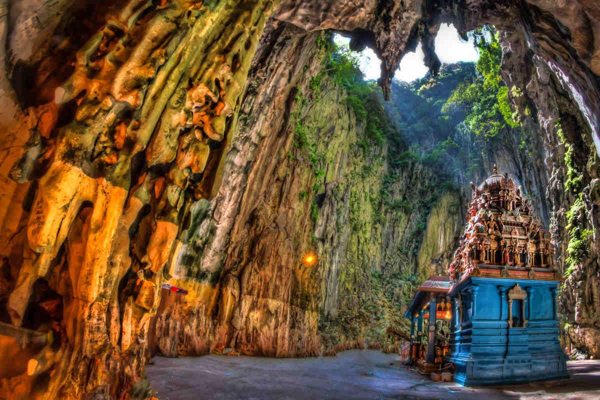 Ngôi đền thờ cổ kính phía cuối hang động Batu