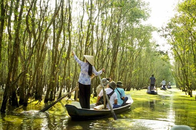 Chèo xuồng trên sông, tìm hiểu về văn hóa, con người nơi miền Tây sông nước